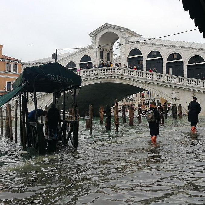 Két halálos áldozata van a szokatlanul nagy árvíznek Velencében